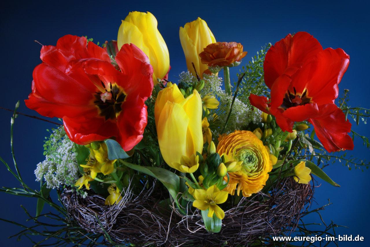 Blumenstrauss Mit Roten Tulpen Von Ulrike Hager Fur Den Monat April