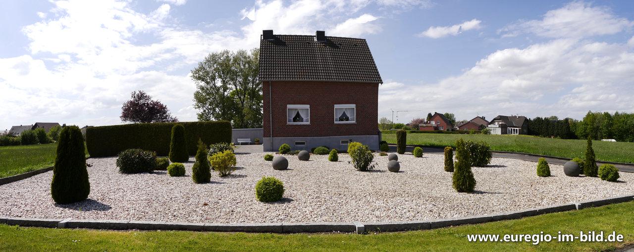 Vorgartengestaltung Mit Steinen Und Immergrunen Buschen Euregio Im