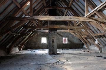 lehmwand auf dem dachboden von gut steinstra aachen horbach euregio im bild. Black Bedroom Furniture Sets. Home Design Ideas